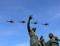 Ryska militära flygplan flyger i bildande över Moskva under Victory Day ståtar, Ryssland Victory Day (WWII) Arkivfoto