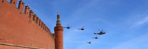 Ryska militära flygplan flyger i bildande över Moskva under Victory Day ståtar, Ryssland Victory Day (WWII) Arkivbild