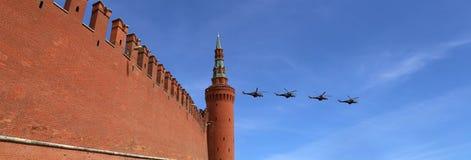 Ryska militära flygplan flyger i bildande över Moskva under Victory Day ståtar, Ryssland Victory Day (WWII) Arkivbilder