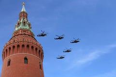 Ryska militära flygplan flyger i bildande över Moskva under Victory Day ståtar, Ryssland Victory Day (WWII) Arkivfoton