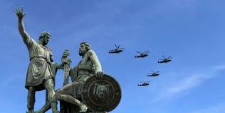 Ryska militära flygplan flyger i bildande över Moskva under Victory Day ståtar, Ryssland Victory Day (WWII) Royaltyfri Bild