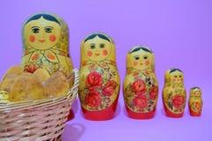 Ryska pajer och matrioska i linje Arkivfoto