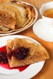 Ryska pannkakor med bär Arkivbilder