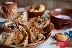 Ryska pannkakor med kaviaren Arkivbilder