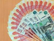 Ryska pengar av 5000 och 1000 rubel Arkivbilder