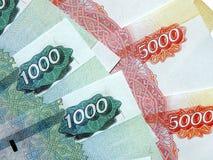 Ryska pengar med ett nominellt värde av 5000 rubel Arkivfoton