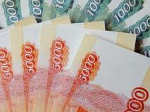 Ryska pengar med ett nominellt värde av 5000 rubel Fotografering för Bildbyråer