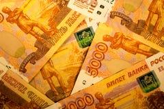 Ryska pengarsedlar med störst värde 5000 rubel stänger sig upp Makro som skjutas av orange sedlar Royaltyfria Foton