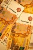Ryska pengarsedlar med störst värde 5000 rubel stänger sig upp Makro som skjutas av orange sedlar Arkivfoton