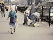 Ryska pensionärer - dåligt klädda gamla kvinnor med rottingen som går på gatan Royaltyfria Bilder