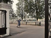 Ryska pensionärer - gammal kvinna och pys som går på stren Royaltyfria Foton