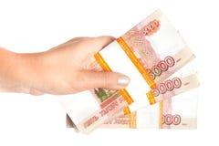 Ryska rubel i handen som isoleras på vit Arkivbilder
