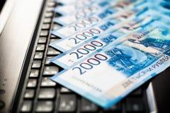 Ryska rubel lögn på bärbar datortangentbordet royaltyfria foton