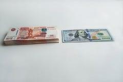 Ryska rubel och amerikanska dollar arkivbild