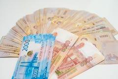 Ryska rubel och n?rbild f?r thail?ndsk baht Rubel-?nde hastighet royaltyfri fotografi
