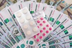 Ryska rubel och preventivpillerar Arkivfoton