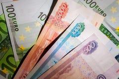 Ryska rubel på bakgrunden av euroräkningar Fotografering för Bildbyråer