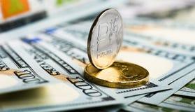 Ryska rubel på sedlar av oss dollar Arkivbilder