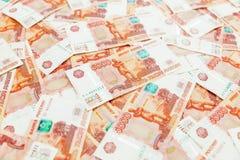 Ryska sedlar 5000 rubel räknemaskinen coins begreppsekonomi över vita buntar Royaltyfria Foton