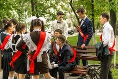 Ryska skolbarn som firar avläggande av examen Arkivfoto