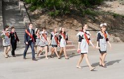 Ryska skolbarn som firar avläggande av examen Arkivbild