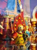 Ryska souvenir som är till salu till turister i fönstret av Gostiny Dvor på Nevsky Prospekt - huvudsaklig turist- gata av St Pete Royaltyfri Bild