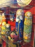 Ryska souvenir som är till salu till turister i fönstret av Gostiny Dvor på Nevsky Prospekt - huvudsaklig turist- gata av St Pete Arkivbilder