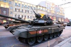 Ryska vapen Repetitionen av militären ståtar (på natten) nära Kreml, Moskva, Ryssland Royaltyfri Fotografi