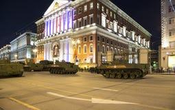Ryska vapen Repetitionen av militären ståtar (på natten) nära Kreml, Moskva, Ryssland Arkivbilder