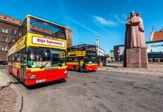 Ryska zwiedzająca autobusowa wycieczka turysyczna na Latvian strzelec Obciosuje Obrazy Stock