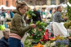 RYSKI, LATVIA, CZERWIEC - 22, 2018: Lata solstice rynek Kobieta my Zdjęcia Royalty Free