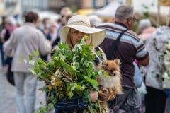 RYSKI, LATVIA, CZERWIEC - 22, 2018: Lata solstice rynek Kobiety wi Fotografia Stock