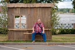 RYSKI, LATVIA, CZERWIEC - 22, 2018: Lata solstice rynek Mężczyzna jest Zdjęcia Stock