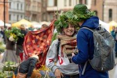 RYSKI, LATVIA, CZERWIEC - 22, 2018: Lata solstice rynek Ono uśmiecha się Fotografia Stock