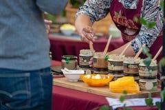 RYSKI, LATVIA, CZERWIEC - 22, 2018: Lata solstice rynek sprzedawca Obrazy Royalty Free