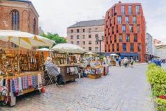 RYSKI, LATVIA-JULY 10, 2017: turystyczna ulica w Ryskim z obywatelem Zdjęcia Stock