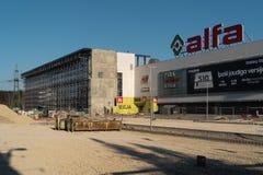 RYSKI, LATVIA, KWIECIEŃ - 4, 2019: Alfa centrum handlowego ponowna budowa - Dodatkowy builing przychodzić wkrótce fotografia royalty free
