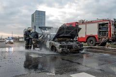 RYSKI, LATVIA, KWIECIEŃ - 11, 2014: Za drogowych stojakach w właśnie oblewał samochód obraz stock