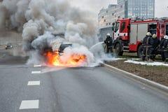 RYSKI, LATVIA, KWIECIEŃ - 11, 2014: Za drogowych stojakach w właśnie oblewał samochód fotografia royalty free