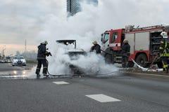 RYSKI, LATVIA, KWIECIEŃ - 11, 2014: Za drogowych stojakach w właśnie oblewał samochód zdjęcie stock