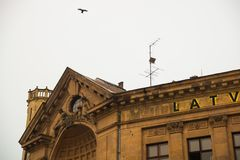 RYSKI, LATVIA: Latvian Radiowy budynek w Ryskim kopuły katedry kwadracie, historyczny Stary miasteczko, Vecriga europejczycy zdjęcia stock