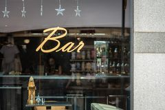 RYSKI, LATVIA, LIPIEC - 31, 2018: Przez baru okno jest widzieć kelnerów Nadokienny odbicie może widzieć w pamiątkarscy kioski zdjęcia stock