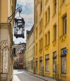 RYSKI, LATVIA, LIPIEC - 10, 2016: Wąska ulica w stary Ryskim Zdjęcia Royalty Free