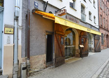 RYSKI, LATVIA, LUTY -, 2015: Czerepy dziejowi budynki w starym Ryskim mieście Obraz Stock