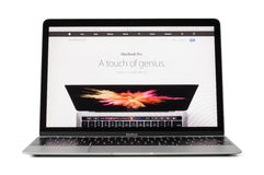 RYSKI, LATVIA, Luty - 06, 2017: 12 Macbook calowy laptop na desktop Obrazy Royalty Free