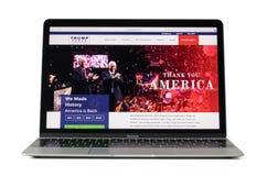 RYSKI, LATVIA, Luty - 06, 2017: Oficjalny kampanii miejsce Republikański kandydat w 2016 dla U S prezydenta on12-inch Macbook pod Zdjęcie Royalty Free