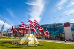 RYSKI, LATVIA, MAJ - 06, 2017: Widok na budowie centrum miasta który w lokalizuje z falowanie flaga państowowa Fotografia Royalty Free