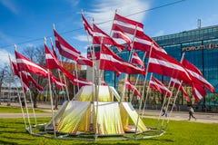 RYSKI, LATVIA, MAJ - 06, 2017: Widok na budowie centrum miasta który w lokalizuje z falowanie flaga państowowa Obrazy Royalty Free