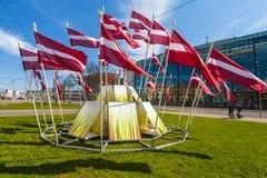 RYSKI, LATVIA, MAJ - 06, 2017: Widok na budowie centrum miasta który w lokalizuje z falowanie flaga państowowa Zdjęcie Royalty Free