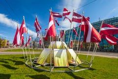 RYSKI, LATVIA, MAJ - 06, 2017: Widok na budowie centrum miasta który w lokalizuje z falowanie flaga państowowa Zdjęcie Stock